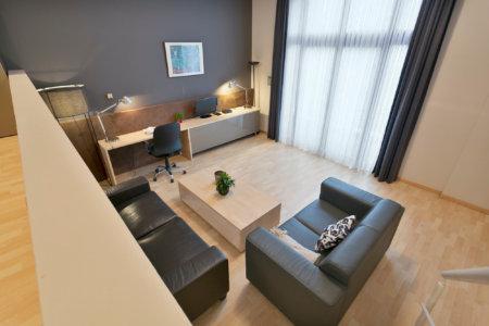 vue sur la salle de séjour et le bureau d'un appartement meublé de deux chambres à coucher près de la commission européenne