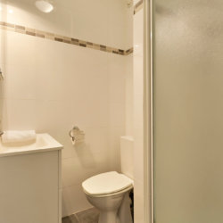 studio apartment bathroom with linens and cleaning provided near european commission