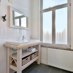 bathroom with linens and bi weekly cleaning in brussels