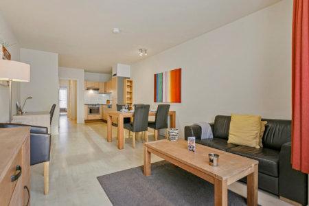 espace de vie et de repas dans un appartement spacieux d'une chambre à coucher avec services