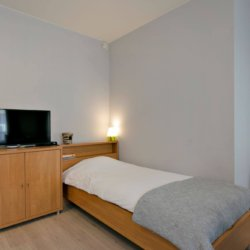 bbf studio apartment with single bed and cable television